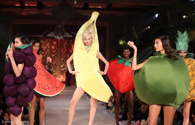 Gyümölcsök Charlotte Olympia londoni bemutatóján.