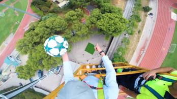 Így vesz le Luis Suárez egy 35 méter magasból ledobott labdát