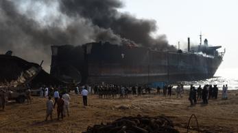 Szétszerelt tanker robbant Pakisztánban