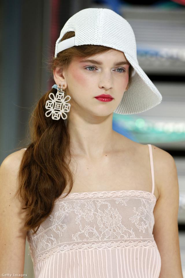 Piros rúzst és pirosítót használtak a Chanel sminkesei, a fodrászok pedig oldalra fésült lófarkat készítettek a modelleknek.