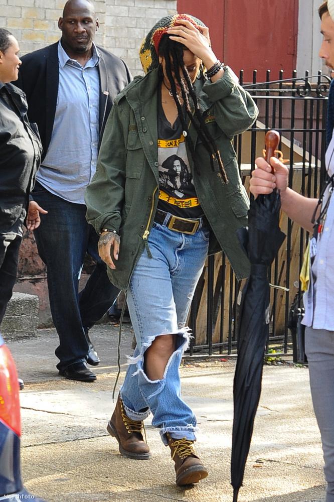 Mivel Bob Marley halott, ez pedig egy friss kép, így egyértelmű, hogy Rihannát láthatjuk a hatalmas raszta mögött rejtőzni.