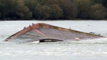 Felborult egy sóderszállító hajó a Dunán