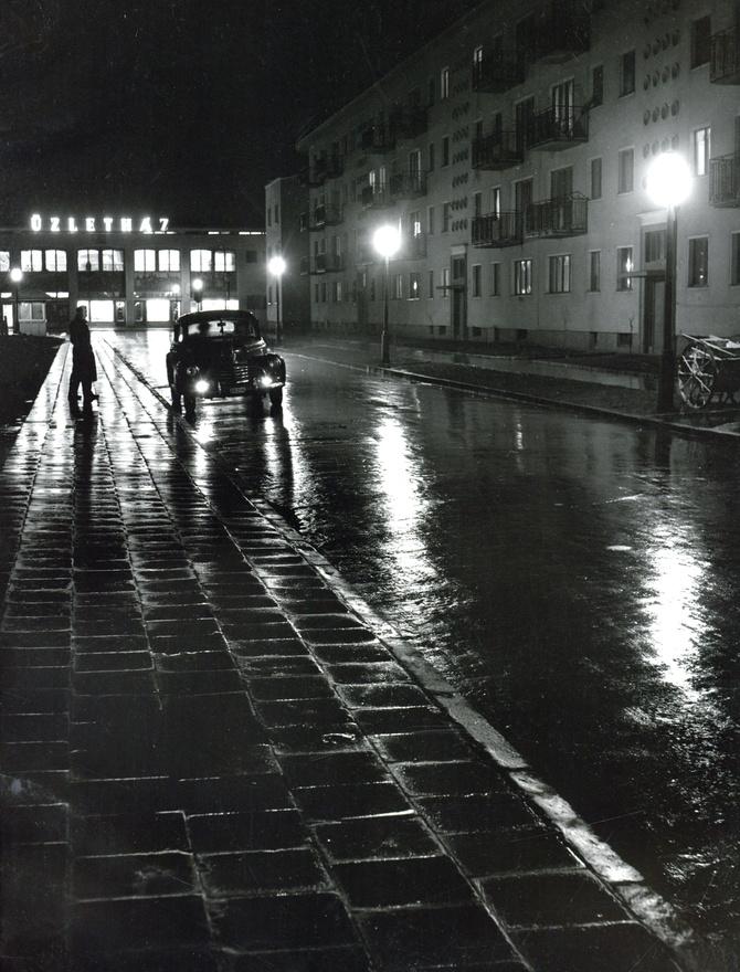 """""""Egy utca esti fényben."""""""