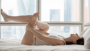 6 jógapóz, amit az ágyban is végezhet