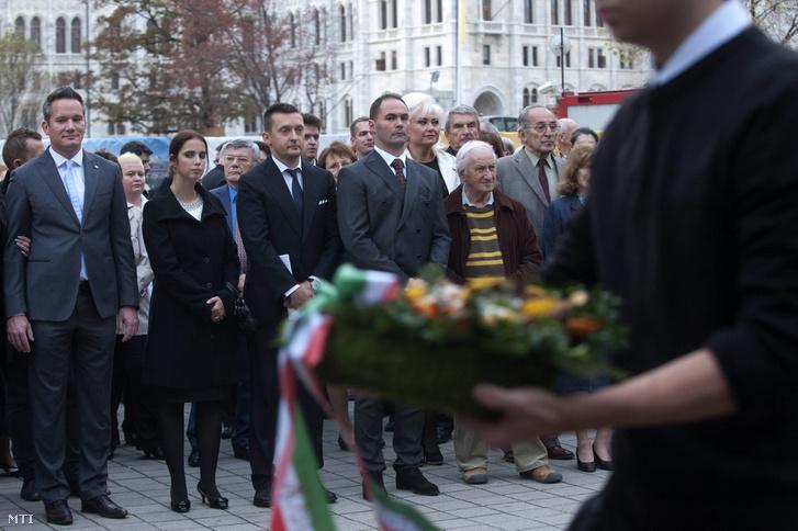 Rogán Antal polgármester a Fidesz frakcióvezetője (b3) és felesége Rogán-Gaál Cecília (b2) valamint Puskás András alpolgármester (b) és Sélley Zoltán jegyző (b4) az V. kerületi önkormányzat megemlékezésén amelyet az 1956-os forradalom és szabadságharc kirobbanásának 57. évfordulója alkalmából tartottak Nagy Imre néhai miniszterelnök szobra előtt a belvárosi Vértanúk terén 2013. október 22-én.