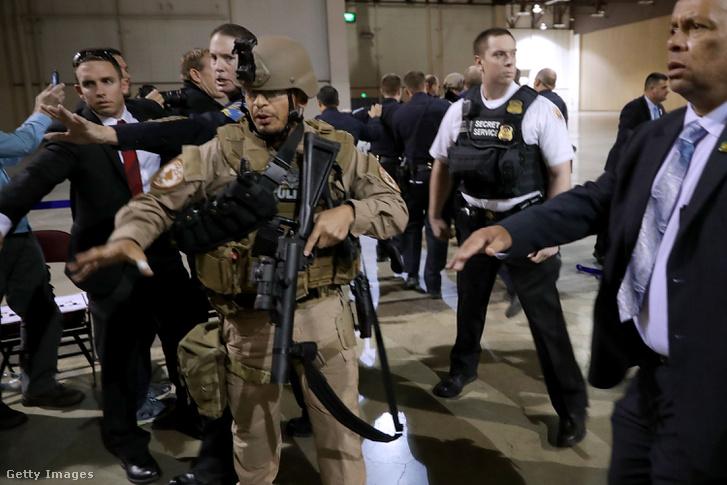 Rohamrendőrök bilincsben vittek el egy tüntetőt Trump kampányrendezvényéről november 5-én.