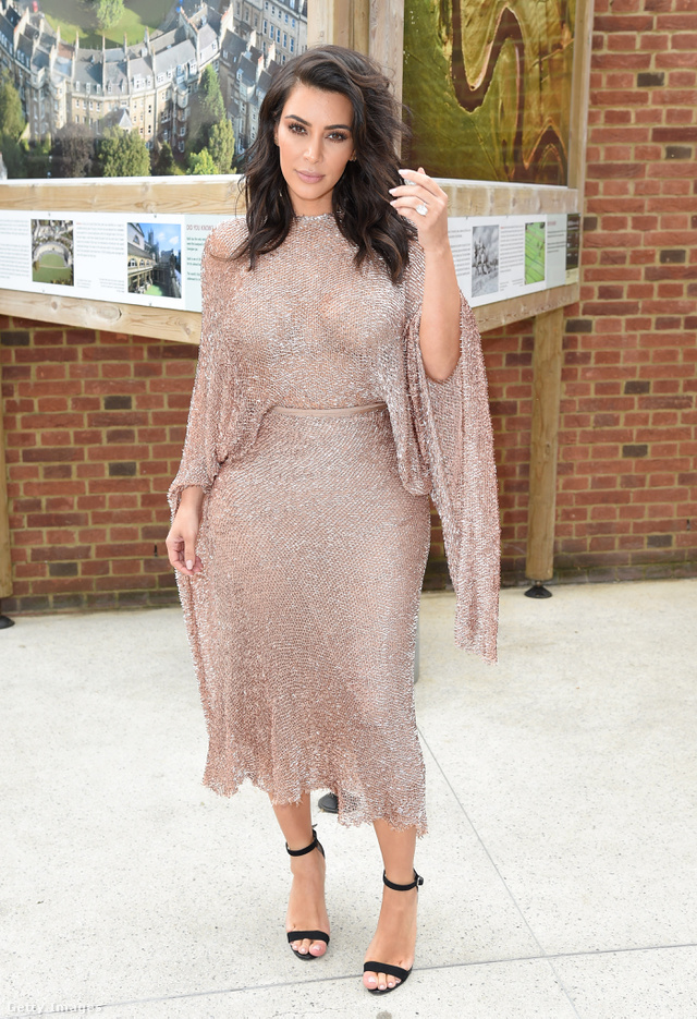 Csillogó nude ruha a londoni Vogue 100 Festivalon.