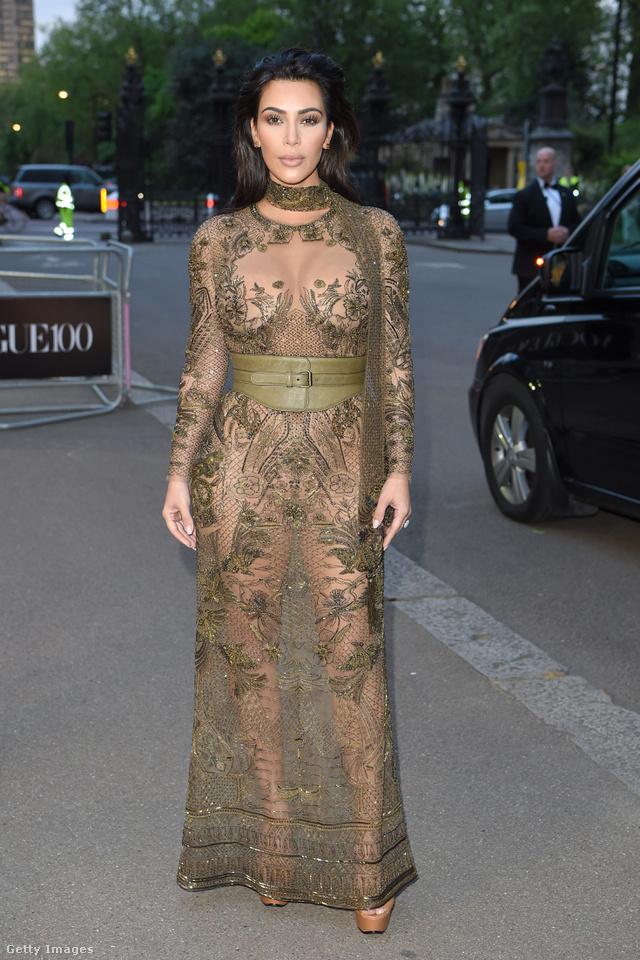 Kim Kardashian szerint állítólag kényelmes volt az övvel átfogott viktoriánus pucérruha.