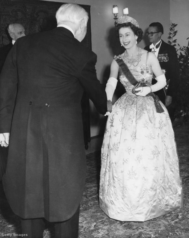 Alexandra-királyné Dagmar nyaklánca: a rendkívül nagy és széles darab inkább múzeumi tárgy, mint ékszer. A 118 gyönggyel és 2000 gyémánttal kirakott bonyolult szerkezetű  nyaklánc eredetileg Dániai Alexandra brit királyné tulajdonában volt, neki VII. Frigyes dán király ajándékozta, mikor 1863-ban hozzáment a walesi herceghez (a későbbi VII. Edvard királyhoz).A figyelemre méltó nyakláncot a dán királyi család ékszerésze, Julius Dideriksen készítette.