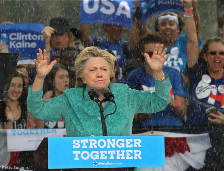 Egy kampányrendezvényen sem mindig tökéletes az időjárás,viszont Clintonról nem sikerült olyan ikonikus fotót készíteni az esőben, mint négy éve Obamáról.