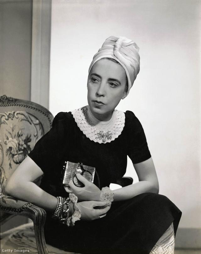 Elsa Schiaparelli ebben a fehér galléros kis fekete ruhában pózolt a Vogue egyik 1940-ben megjelent számában.