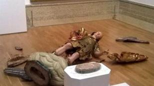 Szelfiző turista lelkén szárad Szent Mihály megsemmisülése