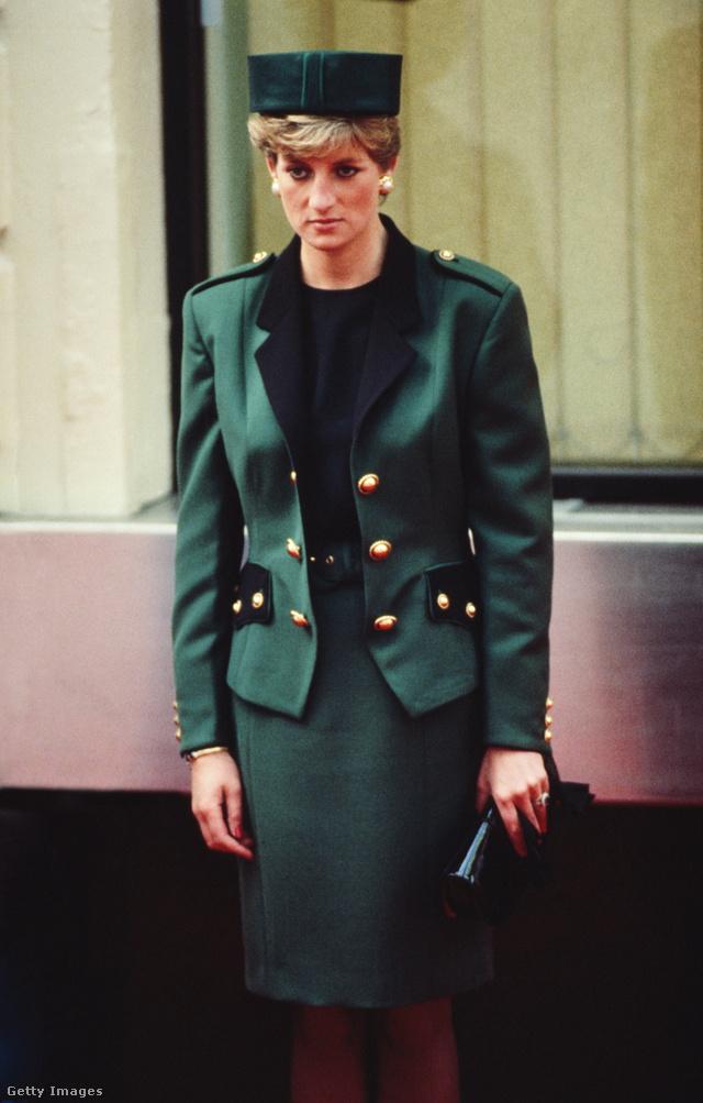 Diana hercegnő 1990 októberében pózolt Moschino kosztümben.