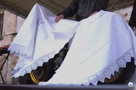 Halotti lepel vagy egy újszülött csipkés takarója?