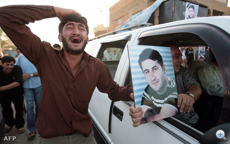 A Reuters iraki fotóriporterének, Núr-Eldinnek temetése Bagdadban.