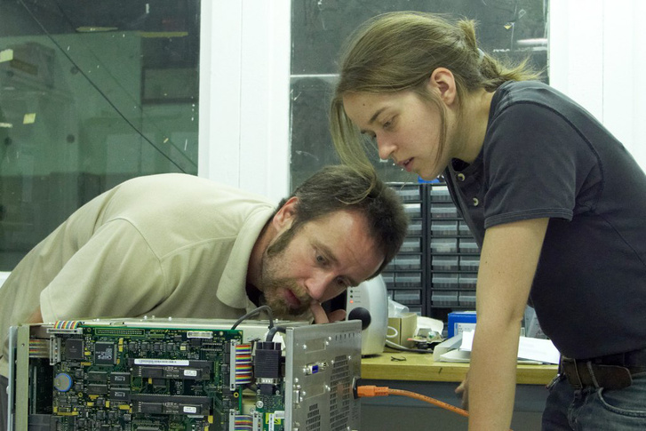Az ASACUSA kísérlet két magyar résztvevője, Barna Dániel és Sótér Anna.
