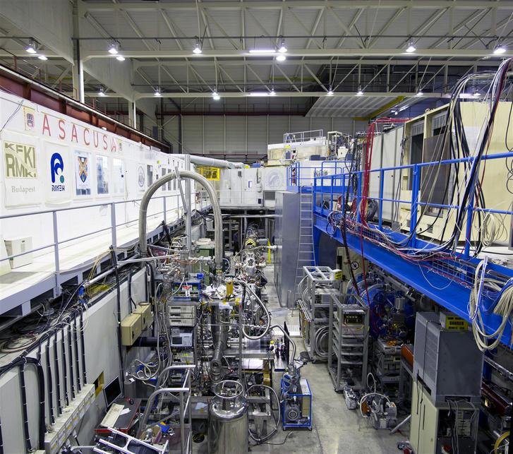 Az ASACUSA kísérlet a CERN antianyaggyárában. A mérőberendezés feletti cső vezet a betonfal mögötti óriási hűtőberendezéshez.