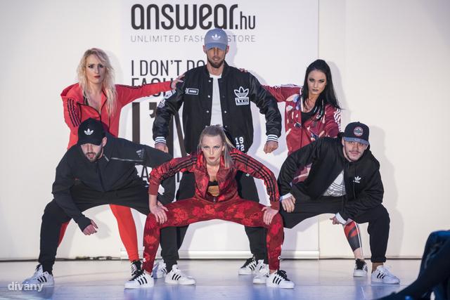 A zenés-táncos divatbemutatón a táncosok leginkább kényelmes ruhákat viseltek.