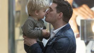 Michael Bublé visszavonul a szerepléstől, hogy rákbeteg kisfiával törődhessen
