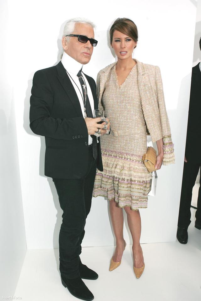 Bézs Chanelben pózolt Karl Lagerfelddel a 2004-es haute couture bemutatón Párizsban.
