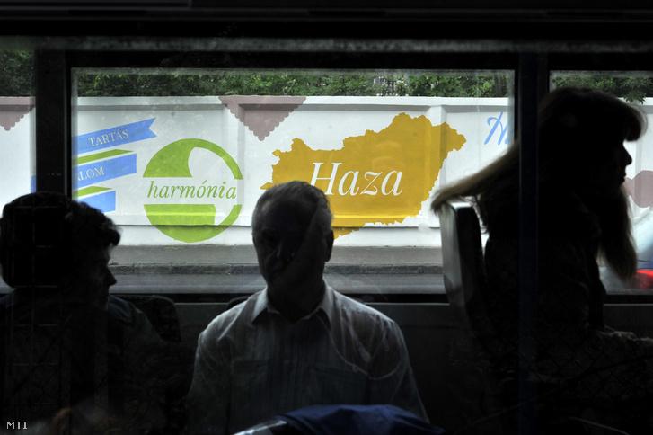 Magyarország első pozitív fala egy autóbuszból fényképezve Budapesten a Hegyalja út és a Mészáros utca sarkán 2015. április 28-án. A téglakerítésre festett pozitív üzeneteket a Színes Város Mozgalom kezdeményezésére a Poli-Farbe festékgyár támogatásával készítették.