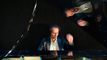 Nem játszhat a saját zongoráján Bogányi Gergely