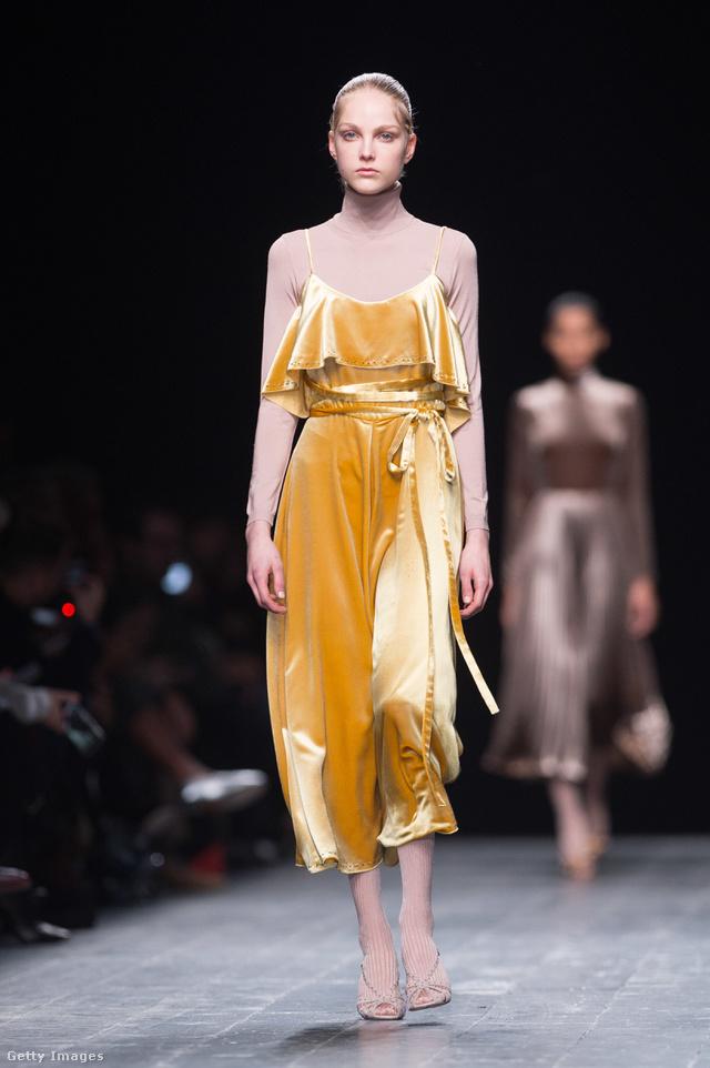 A Valentino szerint jól mutat egymással a test színű garbó és az aranysárga bársonyruha.