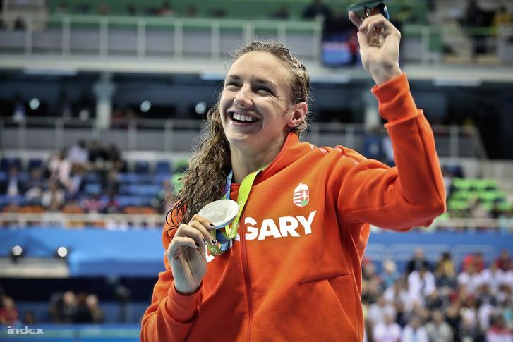Hosszú Katinka a 200 méteres hátúszás eredményhirdetése után Rióban, az aranyérmével.