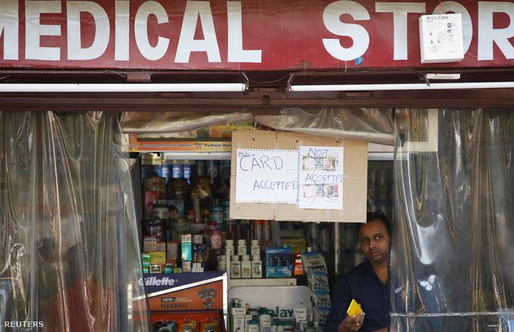 500 és 1000 rúpiás bankjegyet nem fogadunk el - áll a felirat egy orvosi készítményeket árusító bolt bejáratán az indiai Lucknow városban