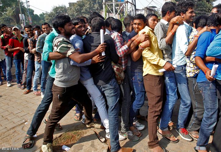 Bank előtt sorbanállók verekednek össze az indiai Allahabadban