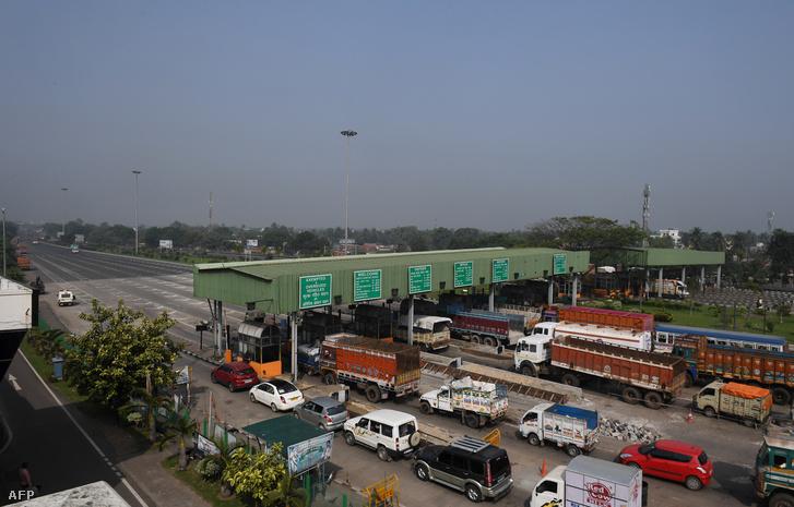 Az 500 és 1000 rúpiás bankjegyek kivonása problémákat okozott a fizetőkapunknál is, a feltorlódott járművek közlekedési dugókat okoztak Rajchandrapurban
