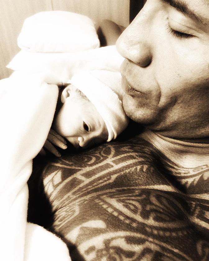A második lánya 11 hónapos, és szeret a kopasz fején dobolni és a nyakába kakilni