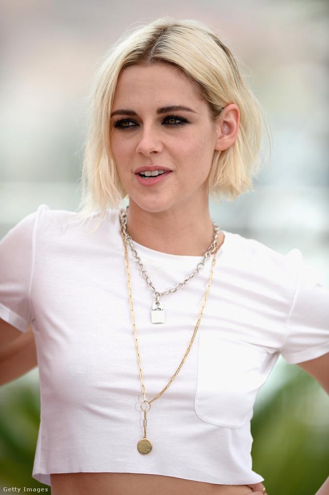 Kristen Stewart arany és ezüst nyakláncot is viselt a 69. Cannes-i Filmfesztiválon, ahova egyébként haspólóban érkezett.