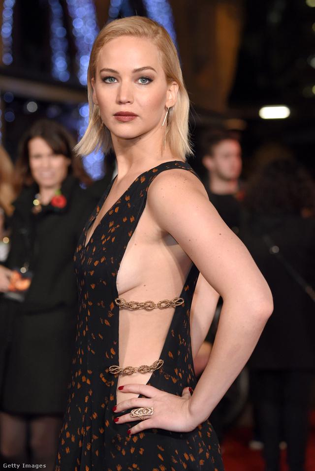 Jennifer Lawrence egy londoni filmbemutatón mutatott meg egy darabot a melléből.