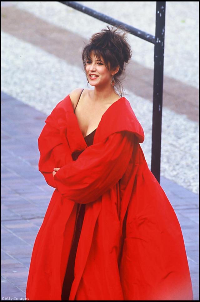 Túlméretezett piros kabát az 1987-es Cannes-i Filmfesztiválon.