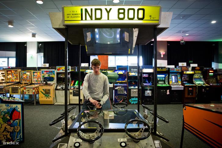 Az Indy 800-at egyszerre akár nyolc játékos is használhatja. Itt most éppen csak egy nyüstöli.