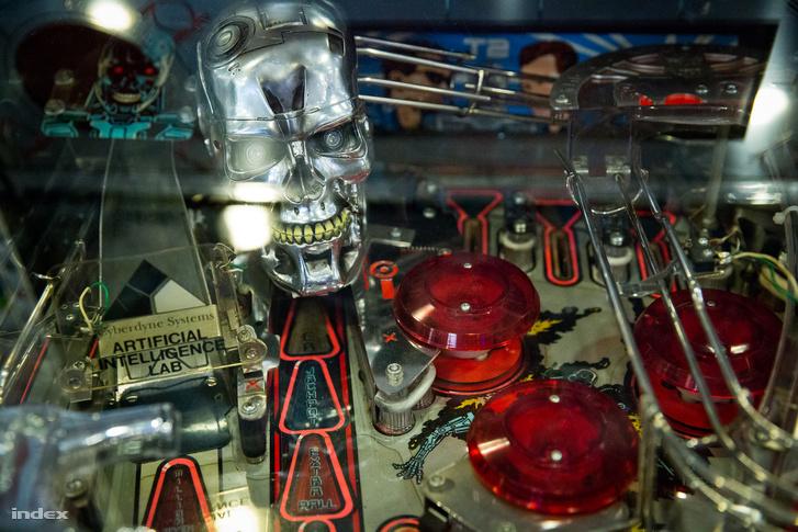 Egy krakkói művész, Hernstag acélból építette újjá a klasszikus Terminator flippert.