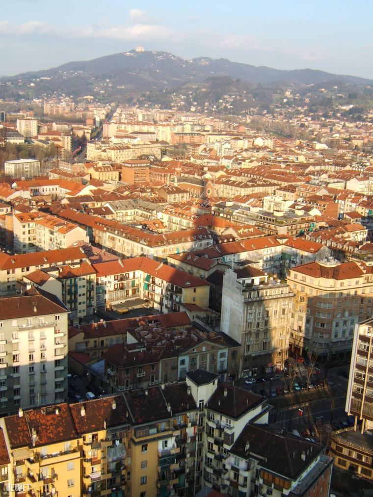 Torinó látképe a Mole Antonelliana tornyából. Az épület egyedi sziluettje valamennyire kivehető az árnyékból – de jobban látszik például az olasz kétcentesek hátoldalán.