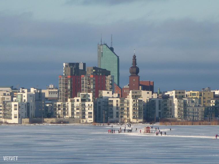 A város legmodernebb negyedének látképe a tó befagyott jegéről.