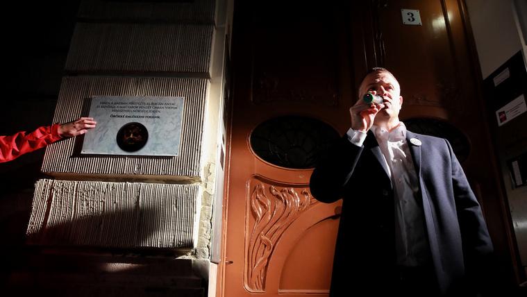 Korrupciós emléktáblát avattak Rogán Antal tiszteletére