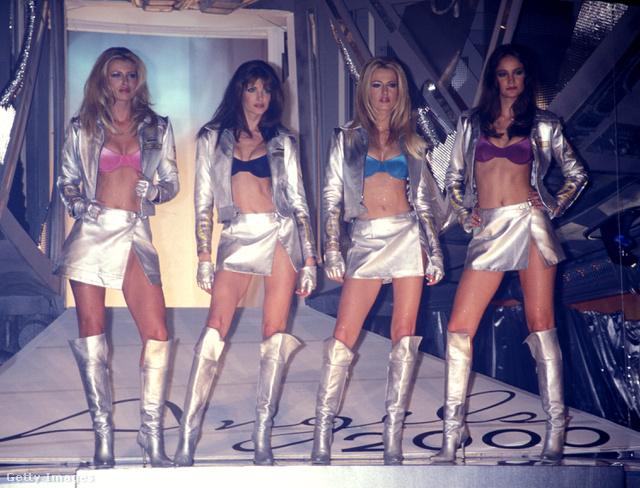 1998-ban ezüstben pózoltak a márka angyalai, Daniela Pestova, Stephanie Seymour, Karen Mulder és Ines Rivero.
