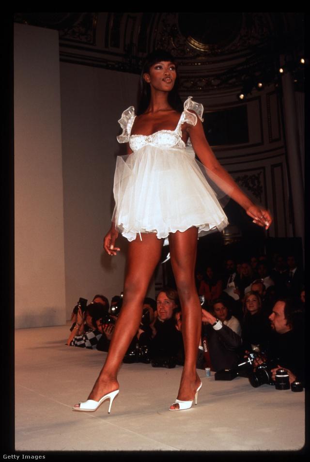 Ebben a babydollban nyitotta meg a showt Naomi Campbell 1996-ban.