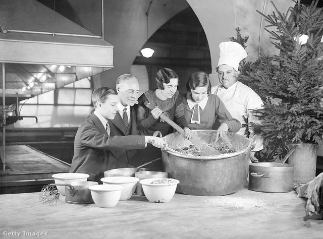 A britek a karácsonyi puding kevergetése közben kívánnak valamit, ha pedig valaki megleli az elrejtett érmét, arra szerencse vár