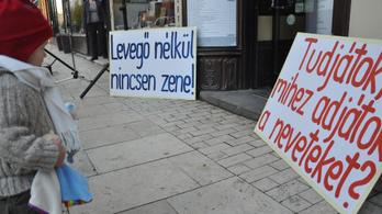 Tiltakozó akcióval zavarták meg a Magyar Zenei Tanács ülését