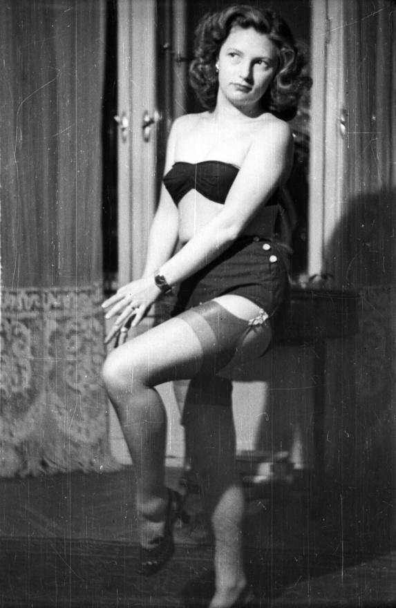"""Még szerencse, hogy Virág elvtárs ezt nem látta. A hanyatló Nyugat ópiumát jelentő szexualitás láthatóan begyűrűzött, méghozzá nagyon haladó módon, ahogyan arról a nejlonharisnya árulkodik. Egy ilyen darabért vagyonokat kértek el, még a 60-as évek közepén megjelenő harisnyanadrág is 100 forintba került, akkor, amikor egy átlagos  fizetés ezer körül volt. Az ötvenes években kiváltság kellett egy ilyen darabhoz, nem csak drága volt, de beszerezhetetlen is. Az egyenlőbbek között persze akadhattak szerencsések. """"Hát, mi nem voltunk azok. A fizetésből alig maradt valami, mire megvettük a kötelezően előírt könyveket, színházjegyeket a darabokra, amelyekből munkahelyi vitanapot kellett tartanunk"""" - mesélte visszaemlékezéseiben egy ÁVH-s tiszt."""