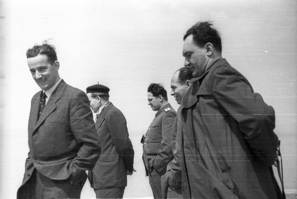 A kép bal szélén álló férfi akár amerikai diplomata is lehetne, ha nem volna nyilvánvalóan elképelhetetlen egy ilyen séta az ötvenes évek elején a Magyar Népköztársaság tisztjeivel, akiknek egyike készítette a képeket.