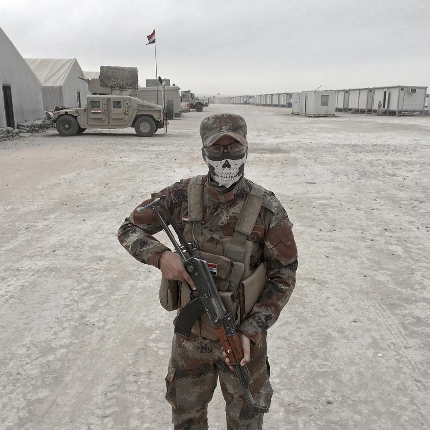 Loay Mahdi Kirkukból - az iraki hadsereg katonája, fején a Call of Duty:Ghost című játéktól kezdve egy sor valódi konfliktusból visszaköszönő maszkkal.