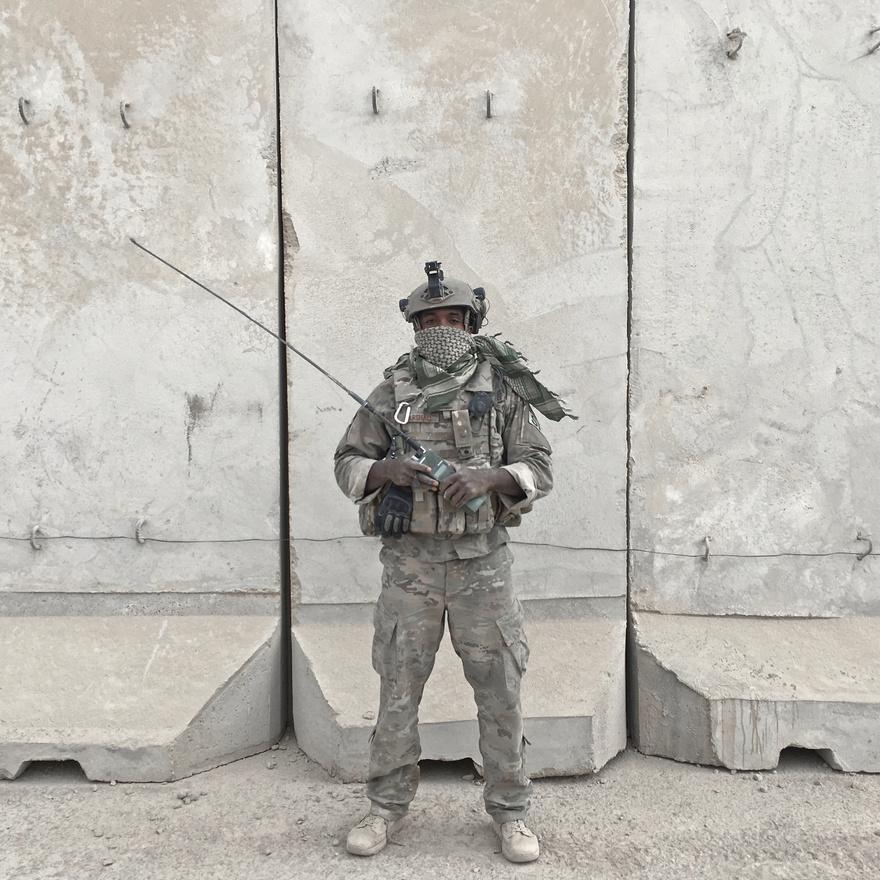 A 26 éves Dennis Marshall az amerikai légierő katonája. Egy rádióval a kezében állt modellt az amerikai csapatok támaszpontján Qayarától nyugatra.