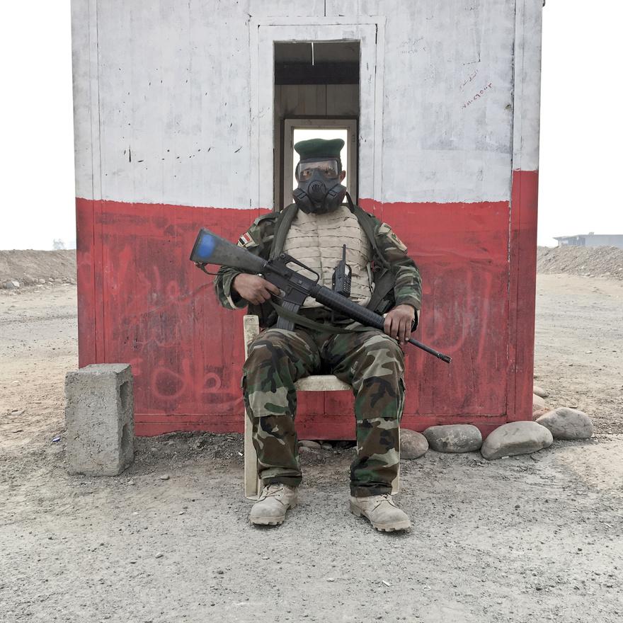 A 35 éves  Raad Muqdam al-Mosieh az iraki hadsereg katonája. A Quayara melletti főútnál ül egy ellenőrzőponton, a fején pedig azért visel maszkot, mert az ostrom első napjaiban az kivonuló ISIS felgyújtotta a környék olajkútjait és napokig sűrű, mérgező füstben kellett előre nyomulniuk az ostromlóknak.