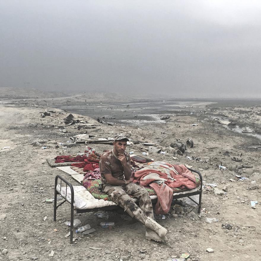 Alaa Haszid az iraki Szurából érkezett, egy  hátrahagyott bútorokból összetákolt út menti ellenőrzőpontnál pózolt a kamerának.
